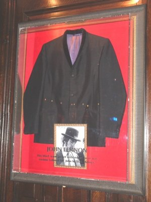 Hard Rock Cafe Paris 24 John Lennon.jpg