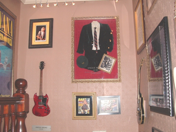 Hard Rock Cafe Paris 39 Angus Young.jpg